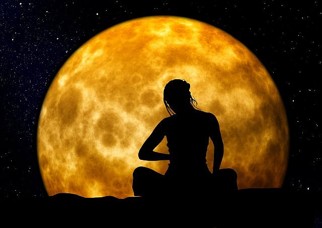 Meditation_woman_moon